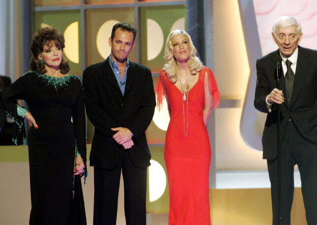 GODE KOLLEGER: Luke Perry og Tori Spelling på scenen sammen med Joan Collins og Aaron Spelling (ytterst t.h.) i 2005, da sistnevnte mottok The Icon Award på TV Land Awards. Foto: Reuters/ NTB scanpix