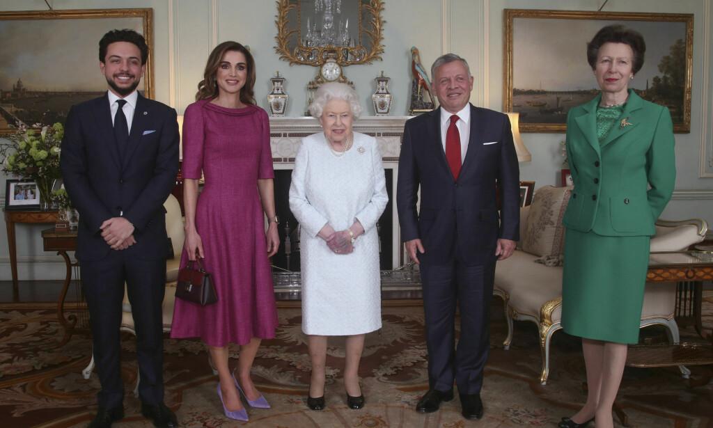 VEKKER OPPSIKT: Det er nesten ikke til å unngå å se blåmerket til dronning Elizabeth. Her med kronprins Hussein, dronning Rania og kong Abdullah II av Jordan, samt dronningens datter prinsesse Anne (t.h.). Foto: AP/ NTB scanpix