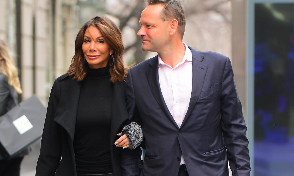 GIFTER SEG IKKE: Etter en lynrask forlovelse, sier ryktene at forholdet mellom Danielle Staub og Oliver Maier skal være over. Her er de to avbildet arm i arm i New York i helgen. Foto: Splash News/ NTB Scanpix