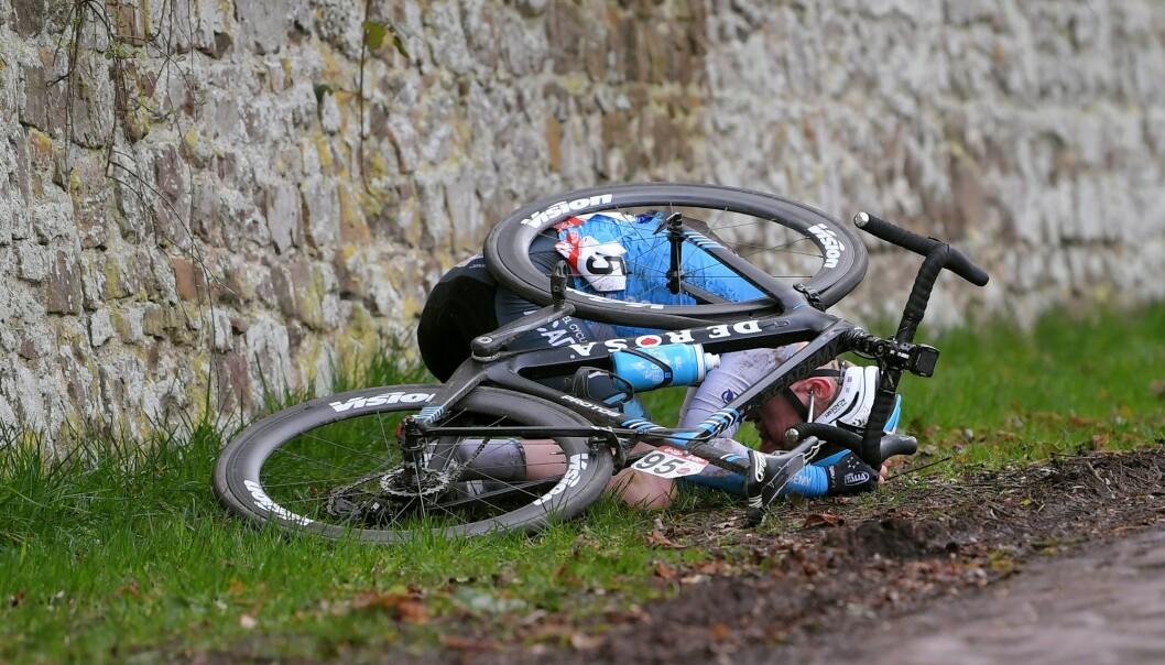 <strong>UFLAKS:</strong> August Jensen veltet på uheldig vis i Le Samyn og brakk kragebeinet. Foto: Luc Claessen/Getty Images