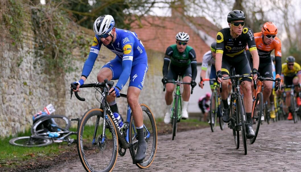 <strong>EN SYKLET VIDERE:</strong> Davide Martinelli kom seg på sykkelen igjen, men fullførte ikke. August Jensen sto av rittet umiddelbart. Foto: Luc Claessen/Getty Images