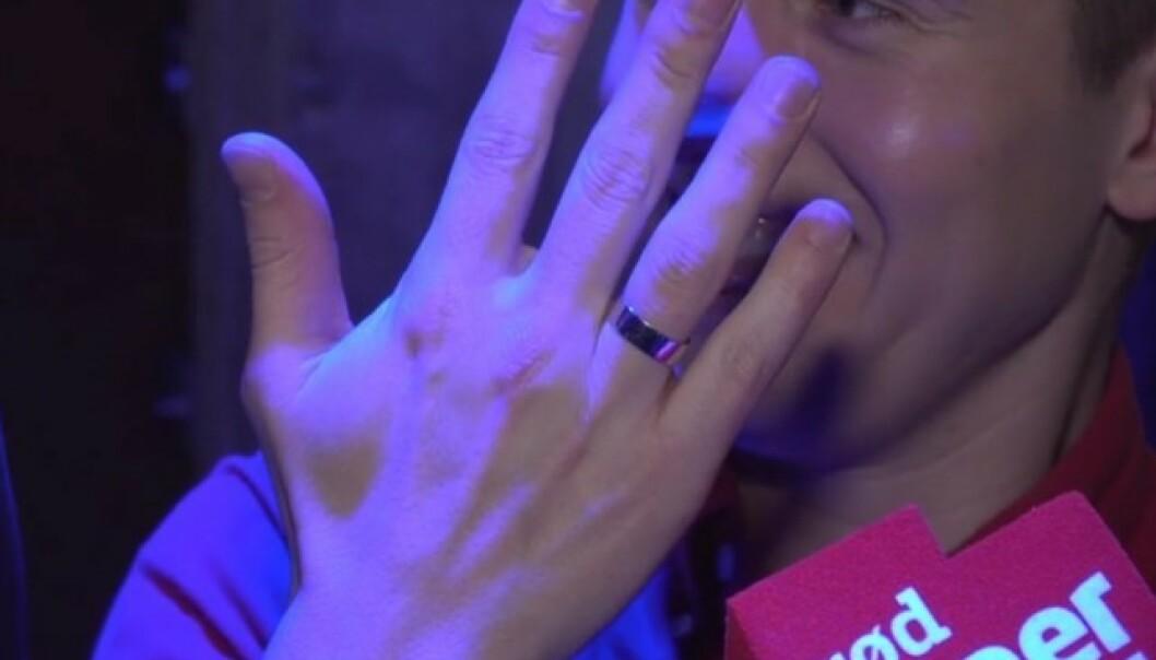 RINGEN: Benjamin Silseth viste fram ringen tirsdag kveld. Den har ingen diamant på seg, for det fikk Baarli beskjed om å ikke kjøpe. Foto: Sondre Rahm