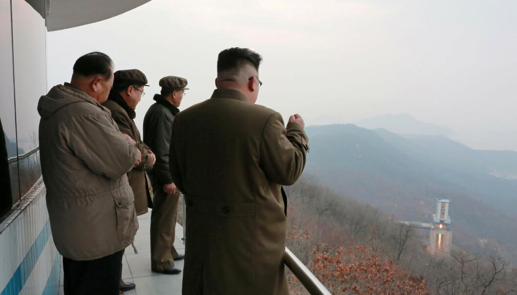 <strong>NY AKTIVITET:</strong> Nord-Koreas leder Kim Jong-un besøkte Tongchang-ri-anlegget i Sohae i 2017. Her har Nord-Korea utviklet og testet motorer som bruker flytende brensel til missiler som blant annet kan nå USA, og ferske satellitbilder tyder på ny aktivitet ved basen. Foto: KCNA