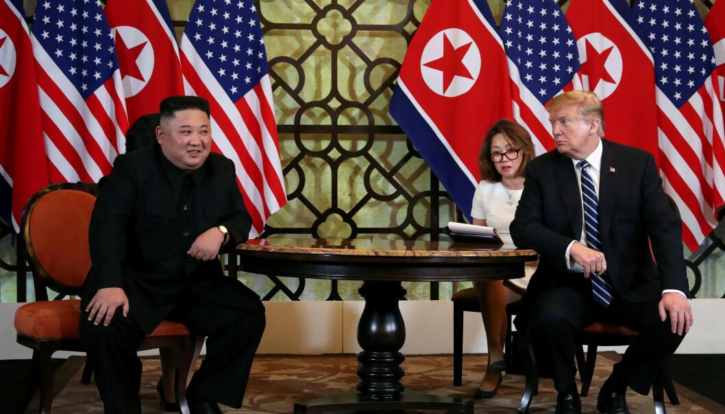 <strong>TOPPMØTE:</strong> Kim Jong-un og Donald Trump møttes forrige uke i Hanoi. Foto: Evan Vucci / AP / NTB scanpix