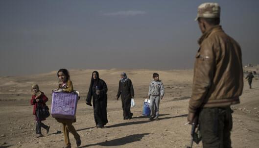 Handikappede forlater hjemmene sine etter sammenstøt sør for Mosul, Irak. FOTO: Felipe Dana/NTB scanpix