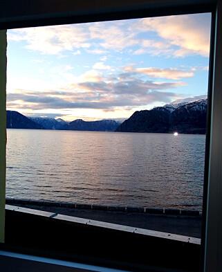 Utsikten over Sognefjorden fra kontoret til Randi Øyri i Difi i Leikanger. 📸: Privat