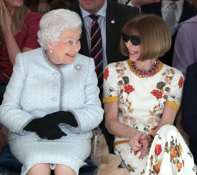 <strong>PÅ MOTEVISNING:</strong> Dronning Elizabeth satt ved siden av Anna Wintour under moteuken i London. Foto: Scanpix