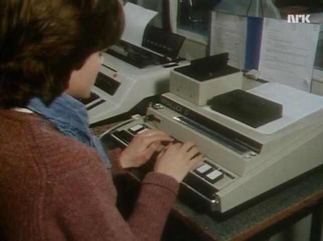 Cecilie skriver på en spesiallaget datamaskin med støtte for blindeskrift. 📸: NRK