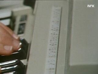 Datamaskinen til Cecilie har ingen tradisjonell skjerm. Men over tastatur er det en rekke små tapper som dukker opp og gjemmer seg. Der kan Cecilie lese hva som står på diskettfilene i blindeskrift. 📸: NRK
