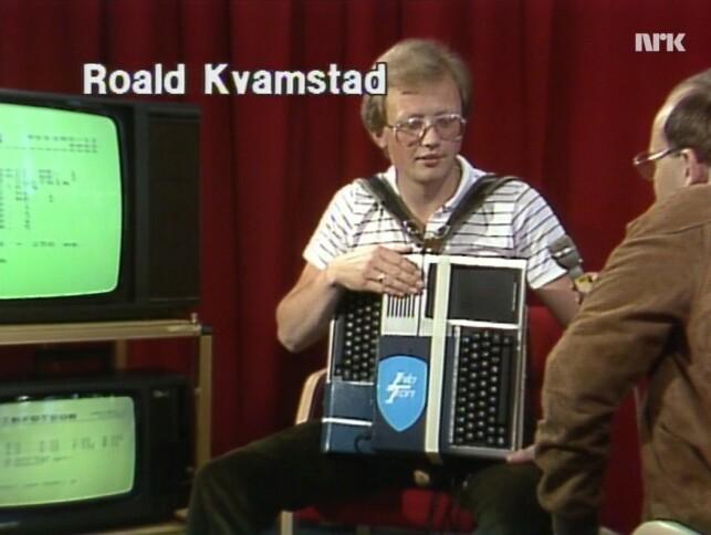 Roald Kvamstad viser frem sitt digitale trekkspill. 📸: NRK