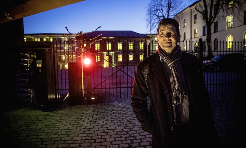 JUKSER: Gunnar Gundersen, mangeårig stortingsrepresentant for Høyre, mener regjeringen jukser med ulvetall. Her foran Statsministerens kontor under forrige ulveopprør i 2017. Foto: Bjørn Langsem / DAGBLADET
