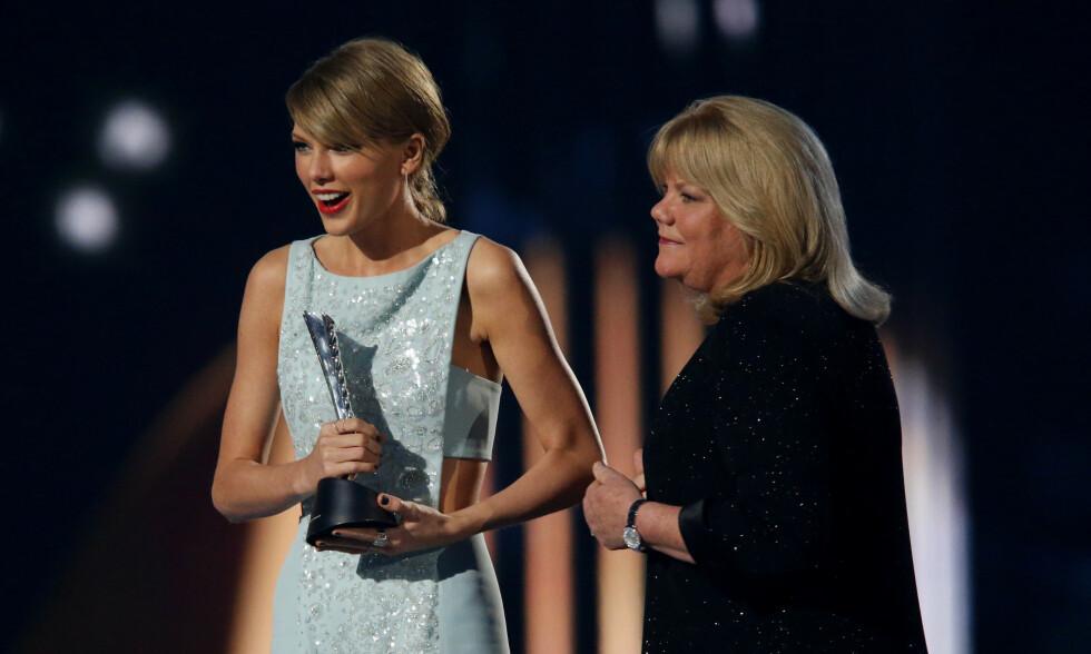 KREFTSYK: Her mottar Taylor Swift pris under Country Music Awards i 2015, og det var moren, Andrea Finlay, som overrakte popstjernen statuetten. Foto: NTB Scanpix