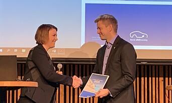 <strong>RAPPORT:</strong> Christina Bu i Norsk elbilforening overleverte deres rapport til Tommy Skjervold i Samferdselsdepartementet. Foto: Christina Honningsvåg