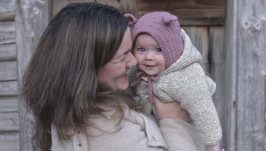 <strong>HVA BLIR DET NESTE?:</strong> Todeling av permisjonen og forventning om at far skal amme med hjelpebryst, spør Sunniva Roumimper, her med sin datter Saga. Foto: Privat
