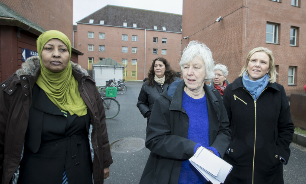 DOBBEL STRAFF: Sylvi Listhaug snakker med Khadija Abdi (med grønn hijab) og Samar Subhie (bak) i Mjølnerparken i København. I midten Grete Jespersen. Foto: Vidar Ruud / NTB scanpix