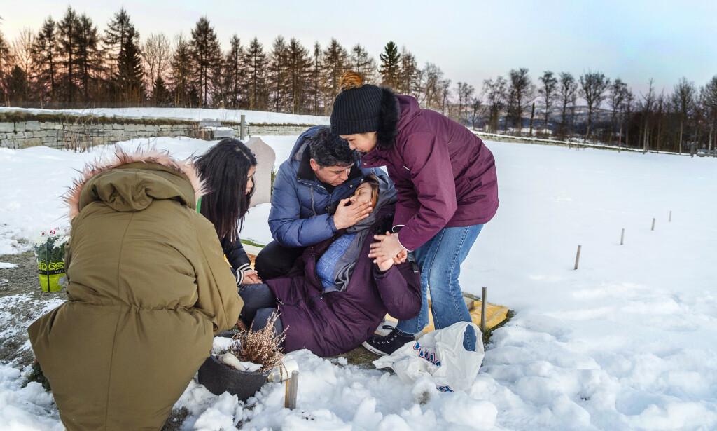 KNUST: Mor Zia Gol (35) får trøst av mannen sin, Mohammed Baqer Alizada (40), ved graven til sin kjære Reza. Han skulle komme i trygghet i Norge, men ble drept her, bare 17 år gammel.