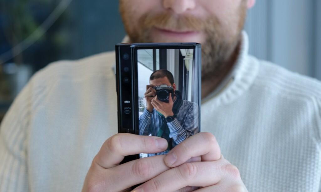 SKJERM PÅ BEGGE SIDER: Med skjerm både foran og bak kan den du tar bilde av se hvordan de ser ut før du trykker på utløserknappen. Foto: Martin Kynningsrud Størbu