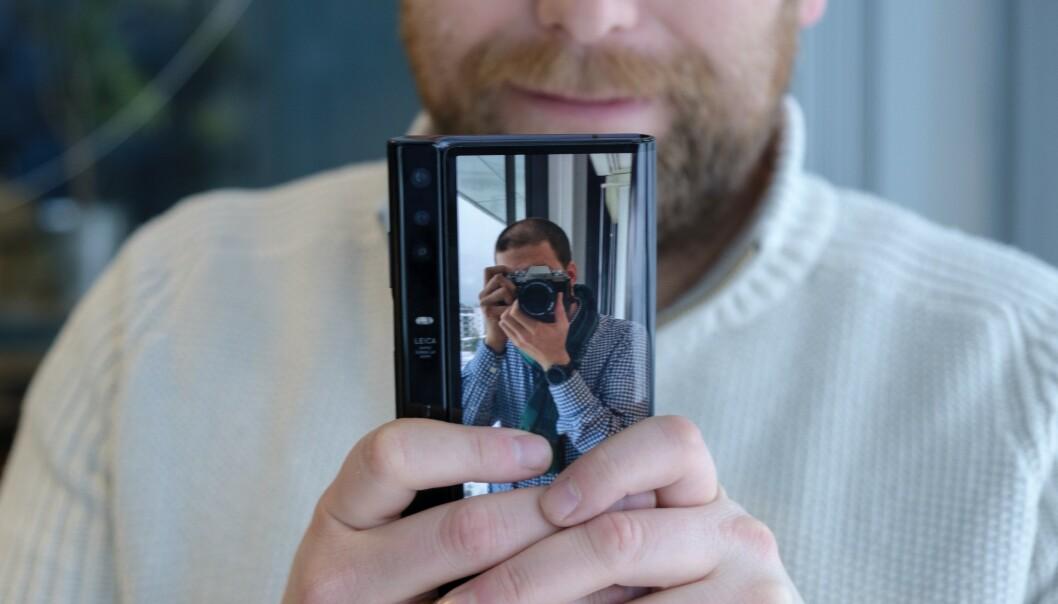 <strong>SKJERM PÅ BEGGE SIDER:</strong> Med skjerm både foran og bak kan den du tar bilde av se hvordan de ser ut før du trykker på utløserknappen. Foto: Martin Kynningsrud Størbu