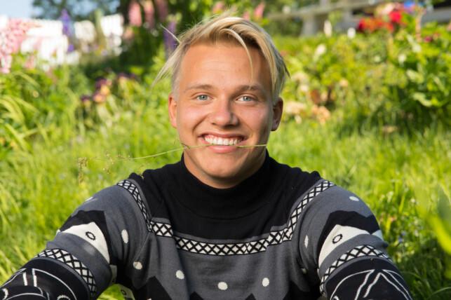 INNRØMMER SPONS: Erik Sæter sier at han fikk penger for å gå med denne genseren. Foto: Alex Iversen / TV 2