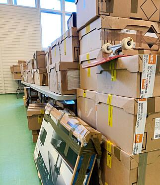 SKATTE-ESKER: Pappeskene selges en etter en, og kan inneholde noen skatter. Foto: Berit B. Njarga