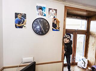 MINNER REZA: Familien Alizada, to foreldre og fire barn, bor i en liten leilighet i Trondheim. De hedrer den avdøde sønnen Reza med printede bilder på veggen.