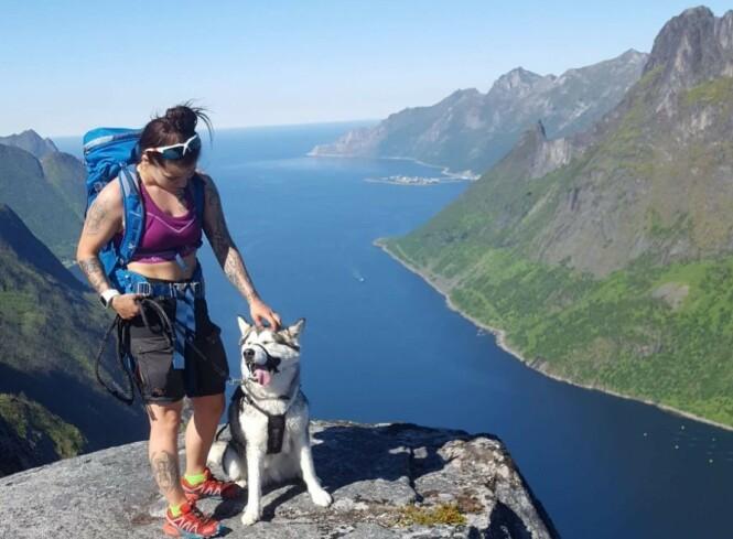 OVERBLIKK: Maja på en av sine mange turer med hunden Akita. Her på Barden, på Senja. FOTO: Privat