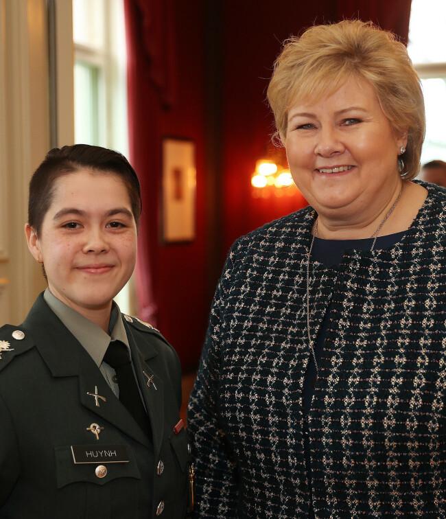 Landstillitsvalgt for soldatene, Lise Veronica Huynh, satt på bord med statsminister Erna Solberg under diskusjonene. Foto: Torbjørn Kjosvold/Forsvaret