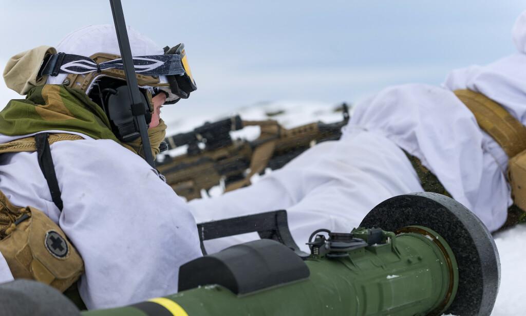 JOINT VIKING: Soldater fra 2. bataljon klargjør for angrep med det panserbekjempende våpensystemet Javelin, under øvelse Joint Viking 2015 i Finnmark. Foto: Ole Sverre Haugli/Hæren / NTB scanpix