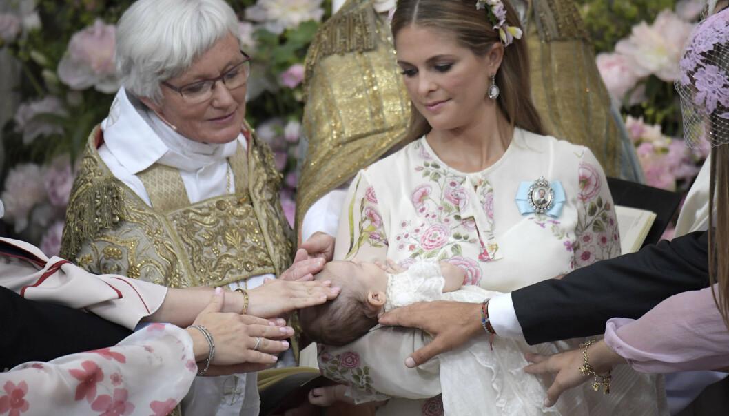 DØPT: Erkebiskop Antje Jackelén sammen med prinsesse Madeleine, som holder prinsesse Adrienne under dåpen i Drottningholms slottskyrka. Foto: Janerik Henriksson/TT / NTB scanpix