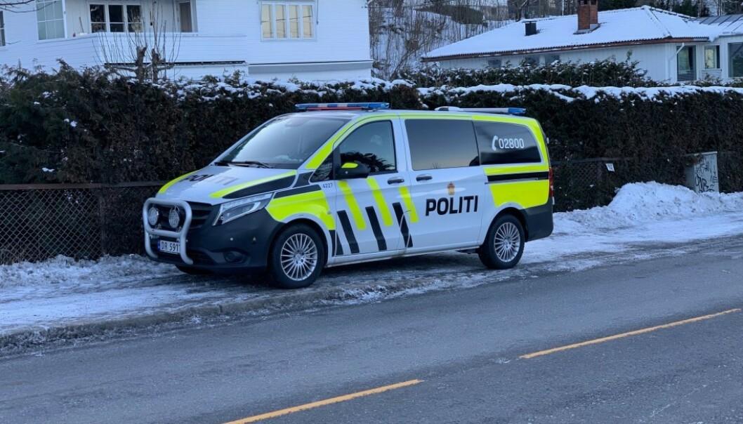 <strong>Holdt vakt:</strong> Politiet holdt vakt utenfor Waras bolig etter bilbrannen natt til søndag. Foto: Bjørn Carlsen / Dagbladet
