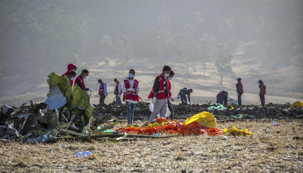 Hjelpemannskaper arbeider på ulykkesstedet etter flystyrten. Foto: AP Photo/Mulugeta Ayene