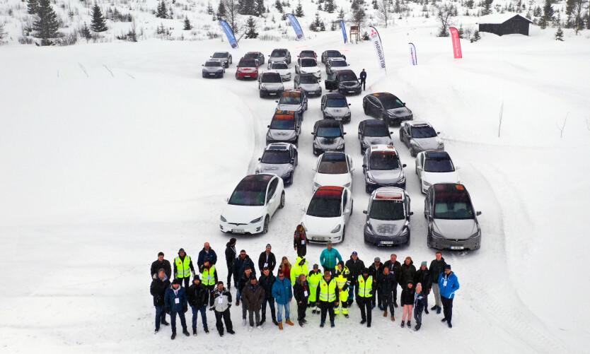 KJØR HARDT: Et godt knippe biler og folk møttes på iskanten før banekjøringen. Foto: Fred Magne Skillebæk