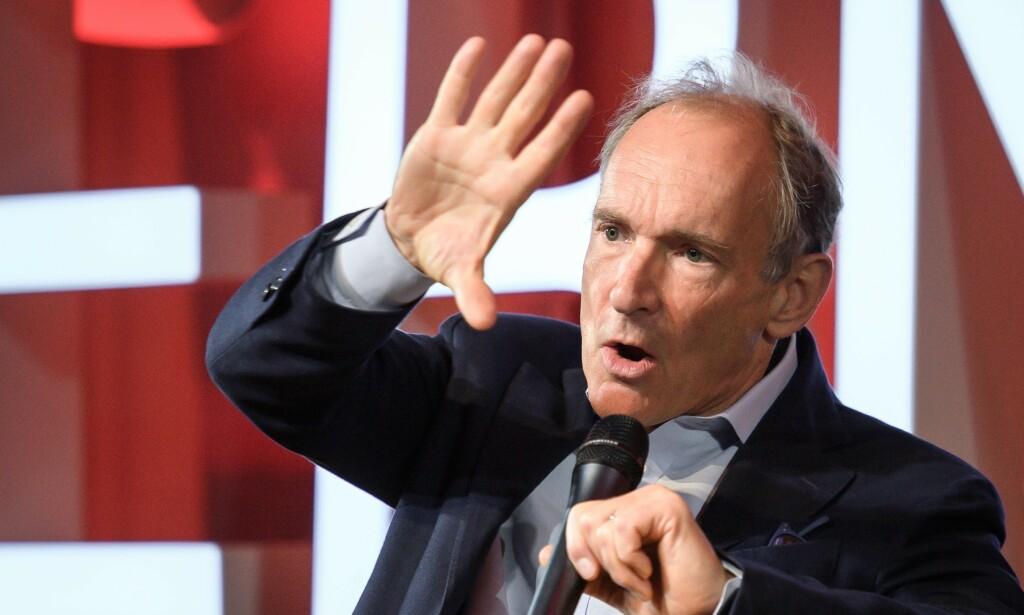 ADVARER: Tim Berners-Lee oppfordrer folk til å ta kontroll over egne personopplysninger på internett. Foto: Fabrice COFFRINI / POOL / AFP.
