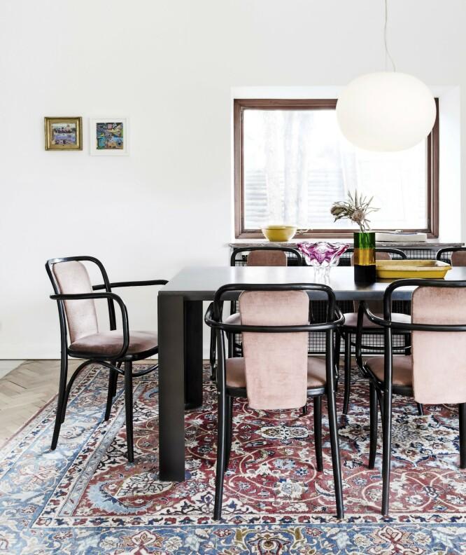 Stolene med rosa tekstil er fra Thonet, spisebordet designet av Maurizio Peregalli fra CasaShop og teppet er arvet. Pendelen er fra Flos. FOTO: Anitta Behrendt