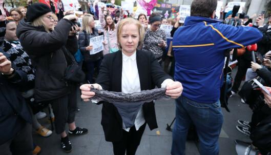 Stringtruse har skapt protester over hele Irland