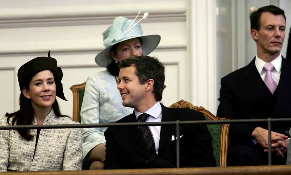 BRØDRE: Da kronprins Frederik fylte 50 år i fjor, ble det feiret over en hel uke. Det ser imidlertid ikke ut til at prins Joachim (bak t.h.) blir feiret på samme måte når det i juni er hans tur. Her er brødrene avbildet i 2004, sammen med kronprinsesse Mary og daværende prinsesse Alxandra. Foto: NTB Scanpix