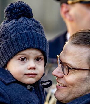 TRYGG HOS PAPPA: Lille Oscar koste seg mest på pappas arm. Foto: NTB Scanpix