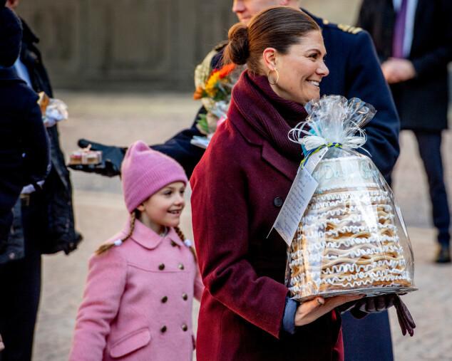 MAMMAS HJELPER: Estelle sjarmerte alle de oppmøtte i senk. Hun skal også ha fulgt med på alt moren gjorde. Foto: NTB Scanpix