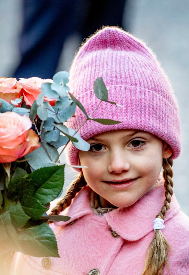 BLOMSTERPIKE: Prinsesse Estelle med en vakker rosebukett som nesten matcher hennes helrosa antrekk. Foto: NTB scanpix