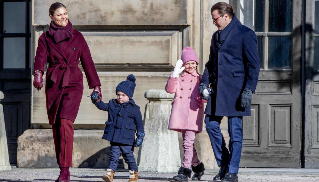 FIN FAMILIE: Mens Victoria og Estelle matchet i rød- og rosatoner, var både lille Oscar og pappa Daniel iført marineblått. Foto: NTB scanpix