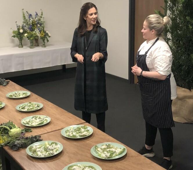 <strong>GRØNN og LOKAL MAT:</strong> Kronprinsesse Mary i samtale med den danske kokken Kamilla Seidler under arrangementet på House of Scandinavia i Texas. FOTO: Malini Gaare Bjørnstad