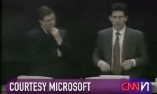 Bill Gates og Chris Capossela på scenen rett før blåskjermen dukker opp. 📸: YouTube