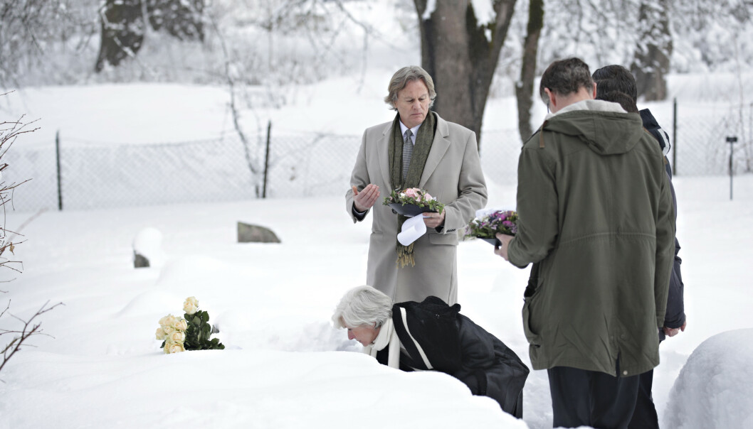 <strong>ELLEVE ÅR:</strong> Martine Vik Magnussens mor, Kristin Vik, legger ned blomst på datteras grav. I morgen er det elleve år siden hun ble drept i London. Foto: Bjørn Langsem / Dagbladet