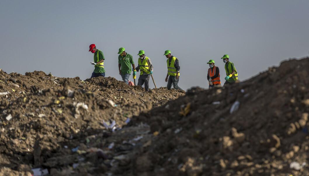 Mannskap samler inn eiendeler og andre gjenstander på stedet der flyet styrtet. Foto: Mulugeta Ayene / AP / NTB scanpix