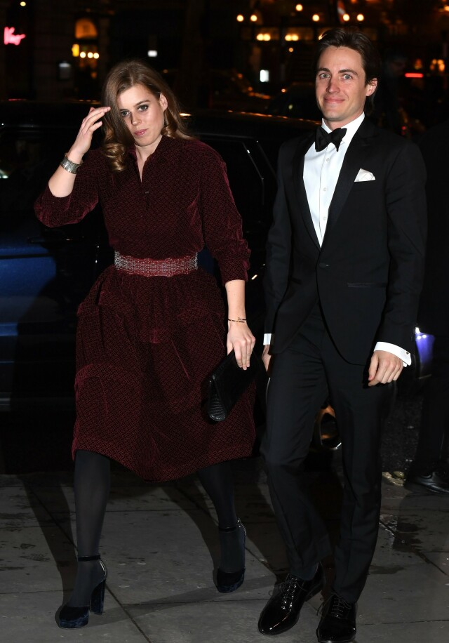 12481040c9bc PYNTET TIL FEST  Prinsesse Beatrice bar en sort håndveske i hånden nærmest  Edoardo - kanskje