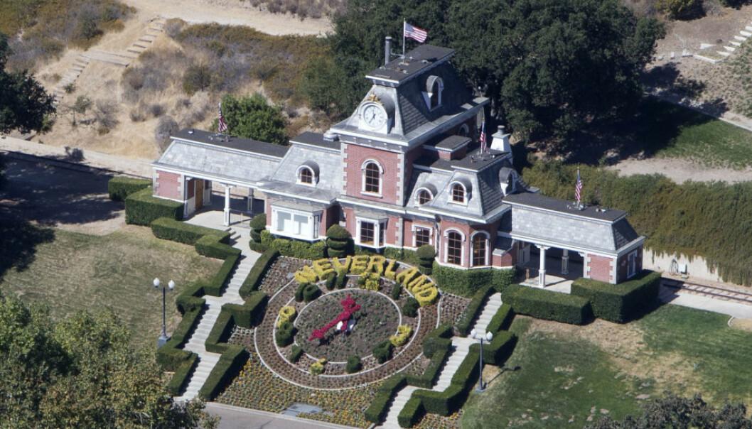 <strong>IKONISK:</strong> Michael Jacksons mangeårige hjem, Neverland-ranchen i California, regnes som en av verdens mest kjente eiendommer. Overgrepsanklagene mot den avdøde popkongen har riktignok gitt det idylliske landsstedet et stadig mer frynsete rykte. Her med eiendommens ikoniske togstasjon. Foto: NTB Scanpix