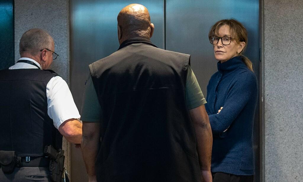 LØSLATT: Felicity Huffman skal ha blitt løslatt etter å ha betalt en kausjon på omtrent to millioner kroner. Foto: NTB Scanpix