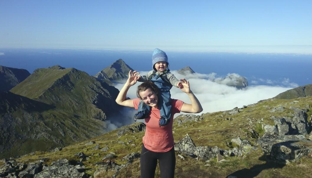 VIKTIG TUR: – Gjermund og jeg hadde en plan om å reise til Nord-Norge den første sommeren med Mikkel. Det ble viktig for meg å gjennomføre den turen, sier Elise. Her er hun og gromgutten i Lofoten. FOTO: Privat
