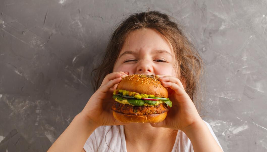 BURGERTIME: Mmmmm, ingenting er som en veganburger, eller? KKs journalist er ikke helt overbevist. FOTO: NTB Scanpix