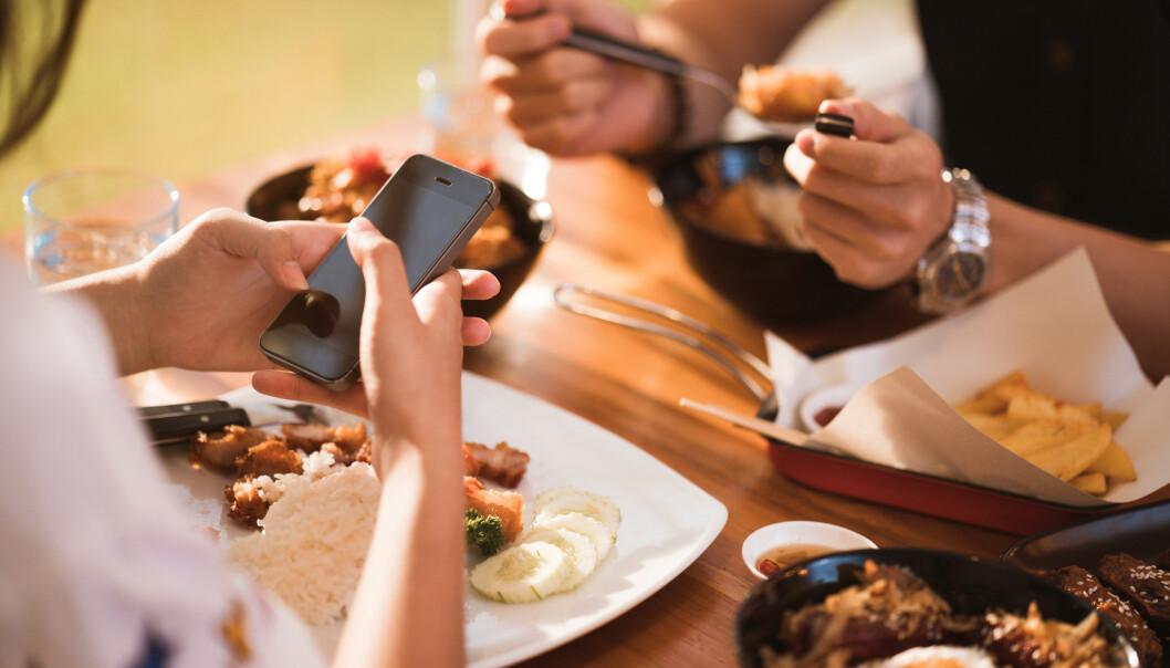 VIKTIG Å BLI SETT: Går telefonbruken på bekostning av forholdet? Ifølge Huseby er det ikke et uvanlig tema i parforhold. FOTO: NTB Scanpix